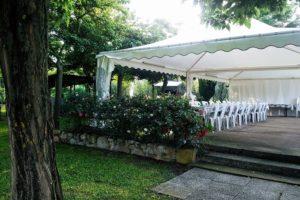 gazebo con tavoli e sedie casale in Toscana