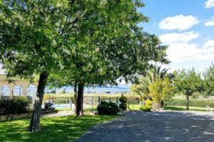 Agriturismo Toscana vista sul giardino con alberi in fiore
