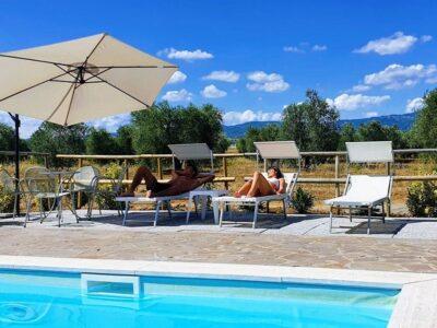 spazio riservato in piscina con lettini e ombrellone